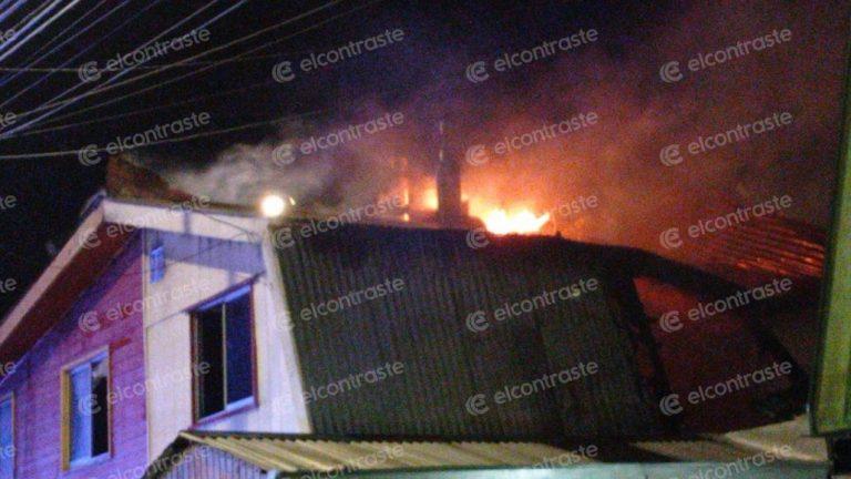 Dos viviendas resultaron afectadas por un incendio durante la madrugada en Los Ángeles