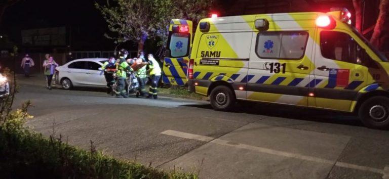 Mujer resulta lesionada tras estrellarse con un árbol en Los Ángeles