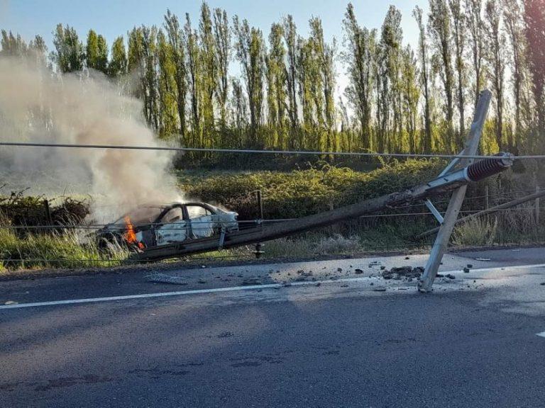 Conductor choca con un árbol, provoca apagón en Cabrero y su auto se quemó