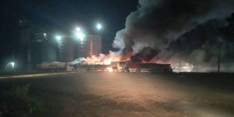 Ataque incendiario en Victoria deja 8 camiones destruidos y un lesionado