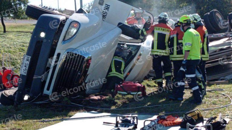 Camión vuelca en Los Ángeles y conductor queda atrapado en el interior