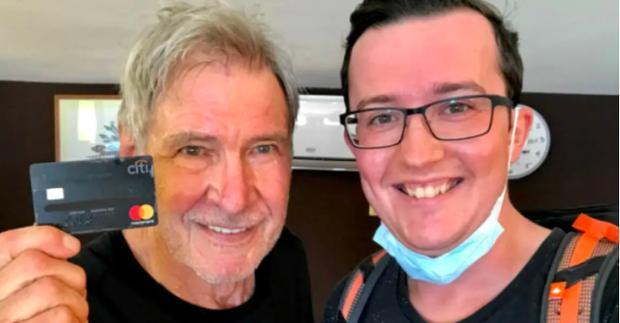 Turista se encuentra la tarjeta de crédito de Harrison Ford